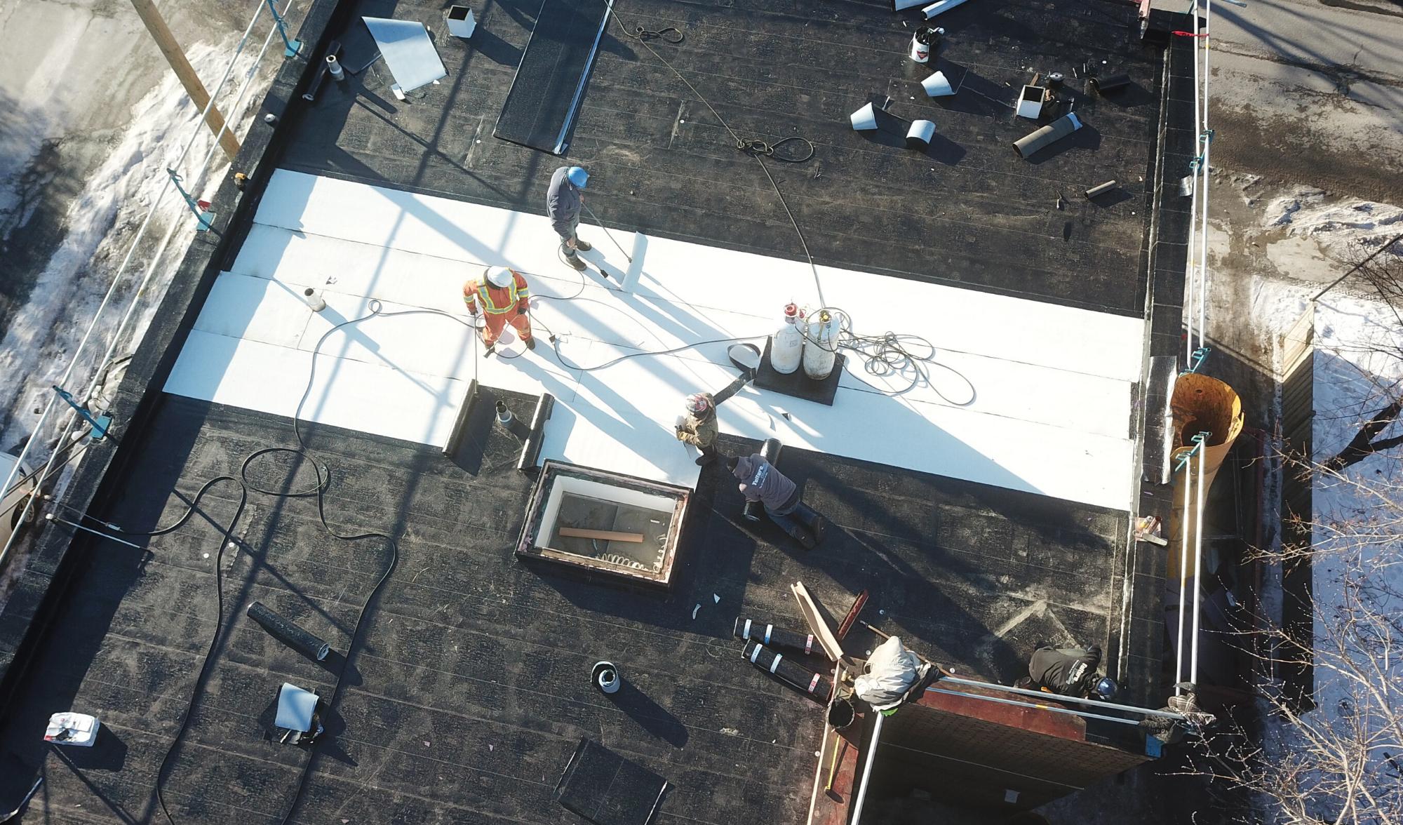 Installation d'un toit plat en membrane élastomère