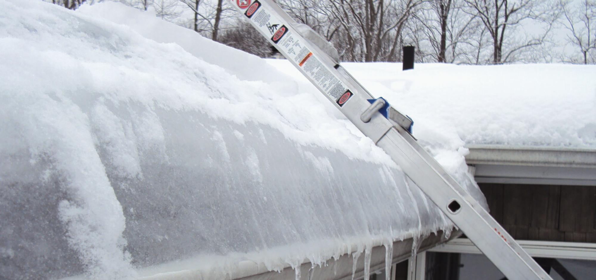 Barrage de glace sur une toiture de bardeau