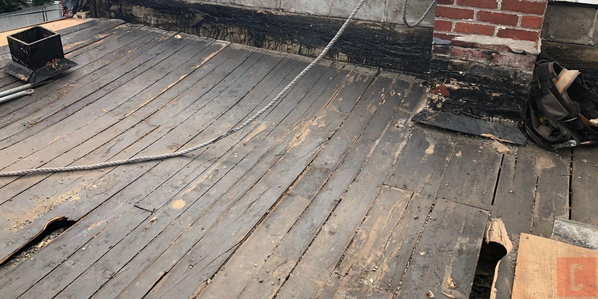 Pontage de planche sous un toit plat