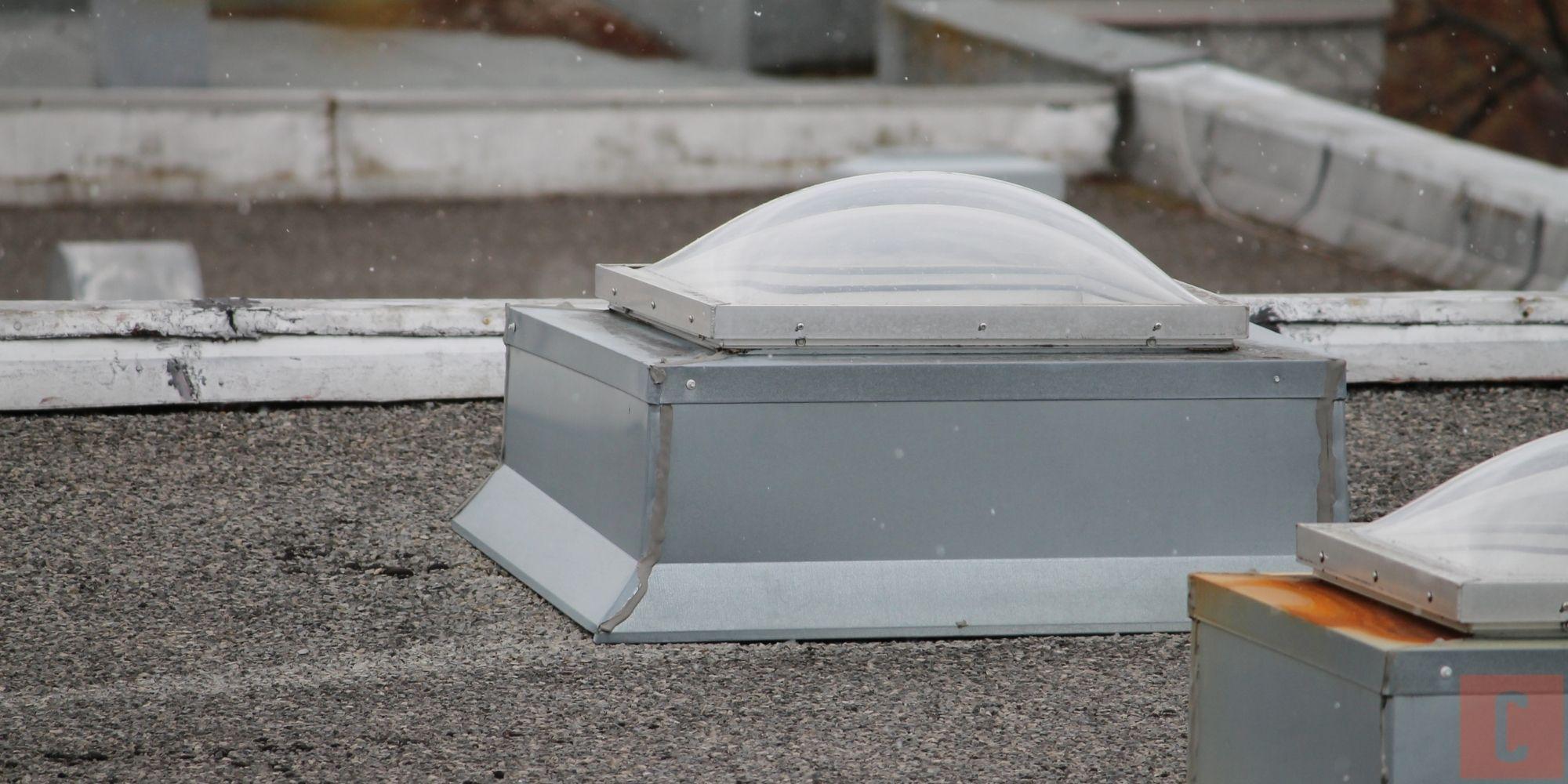 Inspection de puits de lumière sur un toit plat