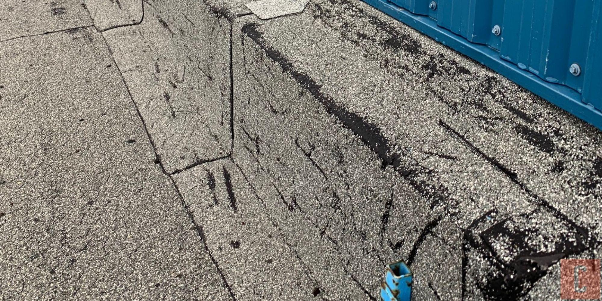 Membrane élastomère de toit plat endommagée