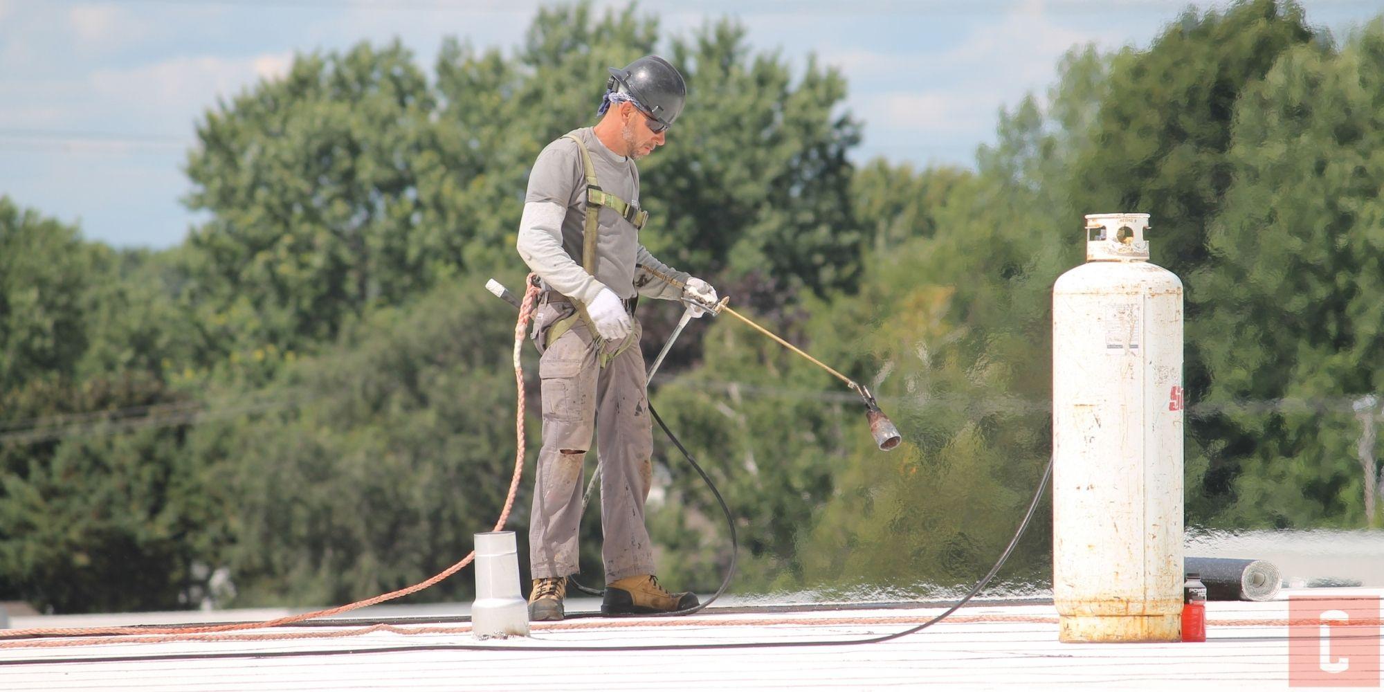 Choisir un couvreur pour remplacer un toit plat