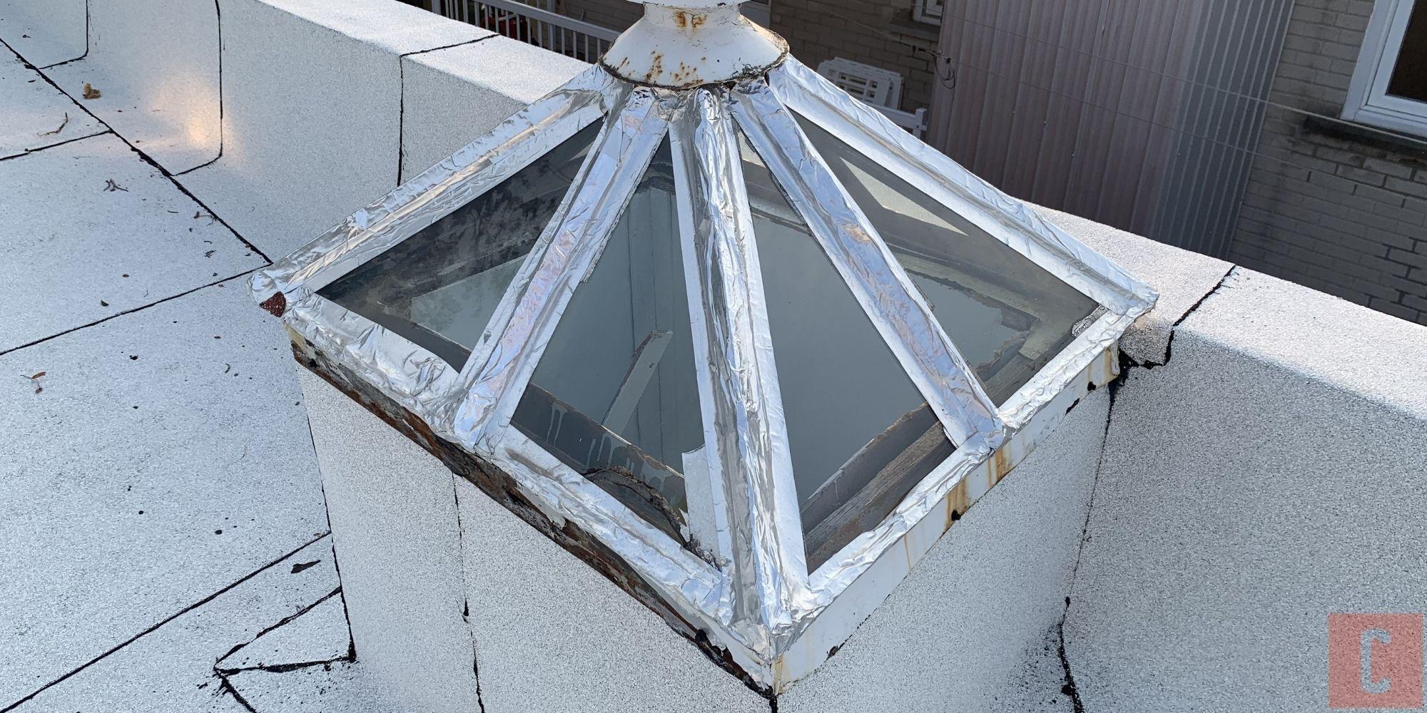 Puits de lumière sur un toit plat